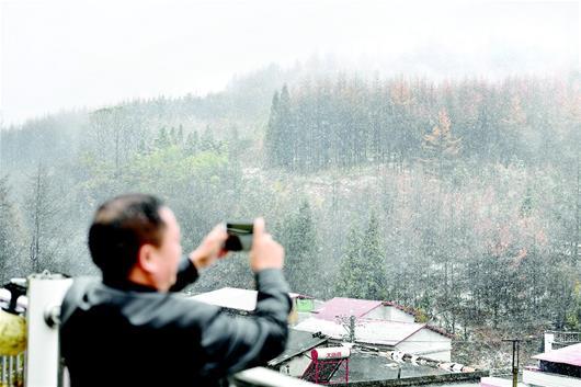图为:昨日立冬,恩施建始县龙坪乡飘下了今年入冬的第一场雪。