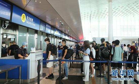 图为黄金周期间武汉天河机场旅客平安有序出行。新华网发 张蒙摄