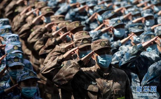 2020年4月15日,最后一批回撤的军队支援湖北医疗队队员向火神山医院敬礼告别。新华社记者 费茂华 摄