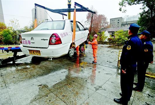 图为教练车被查扣 楚天都市报记者邹斌摄