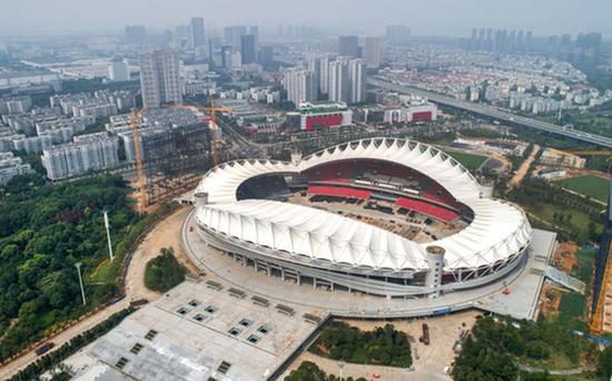 ▲这是6月25日拍摄的军运会开闭幕式举办地武汉体育中心体育场(无人机拍摄)。新华社记者程敏摄