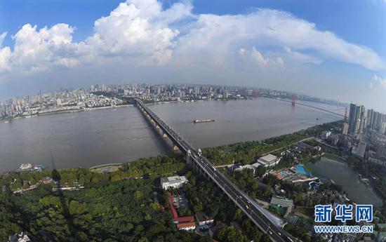 ▲这是2019年7月29日拍摄的依托长江的武汉城景(无人机拍摄)。新华社记者 程敏 摄