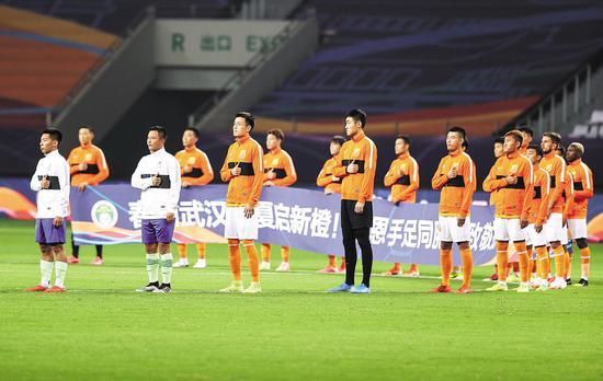 7月25日,双方球员在赛前向抗疫英雄致敬。