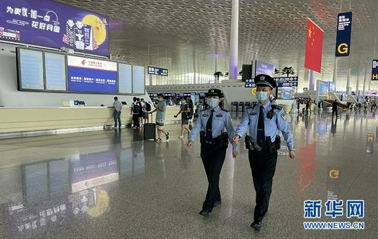 图为公安民警在天河机场值守,确保旅客平安出行。新华网发