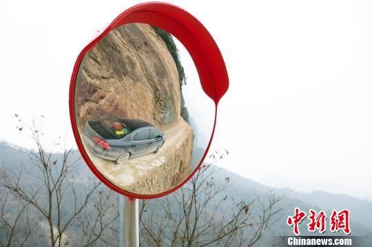 左青松驱车在茶丘公路上 杨威 摄