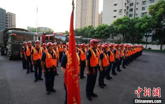 图为武汉消防指战员紧急驰援河南抗洪一线(武汉市消防救援支队供图)