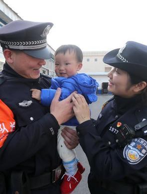春运结束 武汉铁警夫妻与家人终团圆