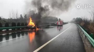 黄咸高速一车撞上护栏起火无人员伤亡