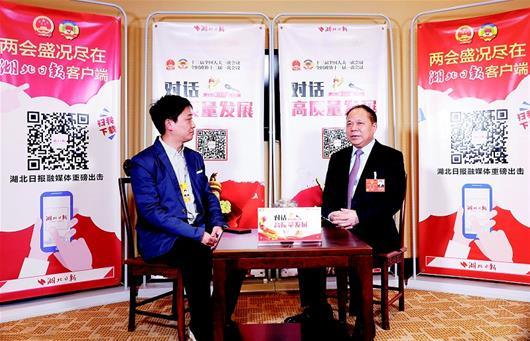 图为:万勇代表接受湖北日报全媒记者王馨访谈。(湖北日报全媒记者 柯皓 摄)