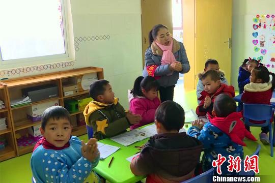 许春华在教室里与小朋友一起互动江劲超摄