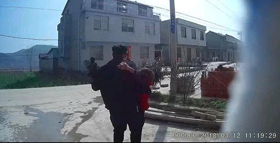 民警将老人抱出火灾现场。警方供图