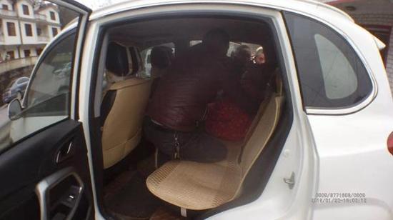 老人被众人抬下车。 执法记录仪拍摄
