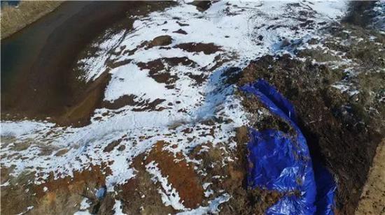 62.88吨危险废物(酸洗污泥)被倾倒在铜陵市义安区朱永路长江堤坝内。新华社记者曹力摄