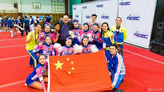 (图说:武汉市第二聋哑学校啦啦操队在意大利参加比赛获奖后合影)