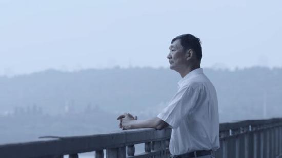 周一桥在武汉长江大桥上远眺长江。 新华社记者熊琦摄