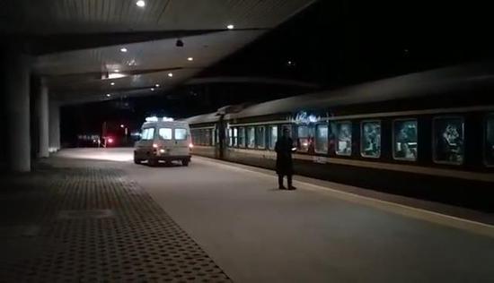 救护车紧急始离巴东站站台。 刘珂珺摄