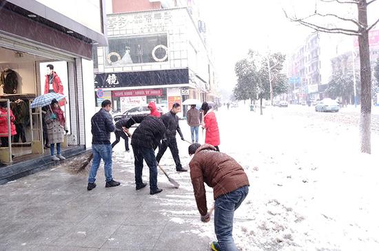 全市党员干部正在清扫碧涢路人行道积雪