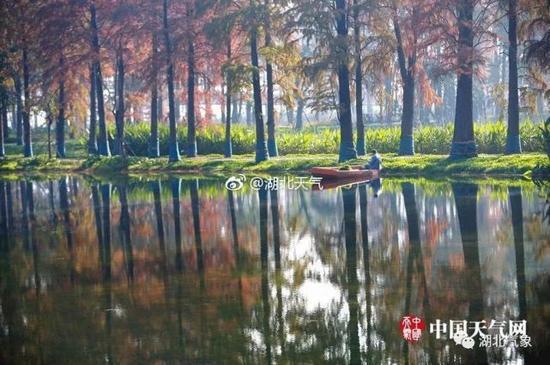 (美丽的湖中倒影,如梦似幻,让人分不清哪一处才是现实。图/冯光柳、王忠杰)