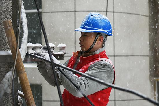 国网安陆市供电公司党员服务队正在抢修受灾线路