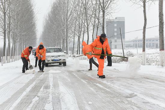 安陆市公路局应急队正在243省道K58+800m坡路洒融雪盐