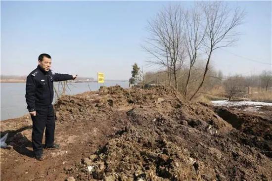 铜陵上江村的江滩上被倾倒堆积2400余吨固体废物。新华社记者曹力摄