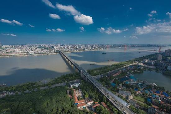 飞架长江南北的武汉长江大桥和鹦鹉洲长江大桥。新华社记者程敏 摄