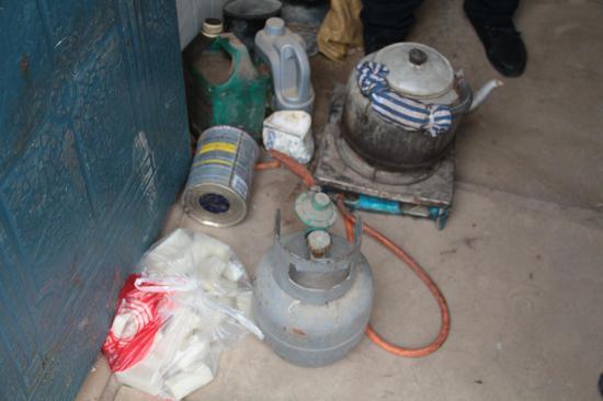 屋内有水壶、燃气灶、糍粑等生活用品和食物