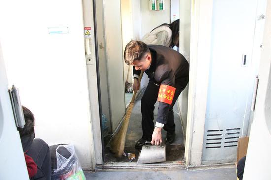 青工王伦正在清理厕所卫生(王冠雄 摄)