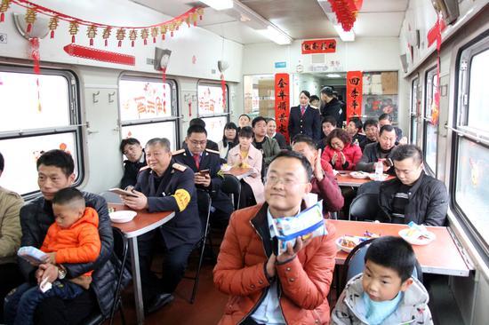 广大旅客和休班值乘人员正在观看节目(徐安宏 摄)