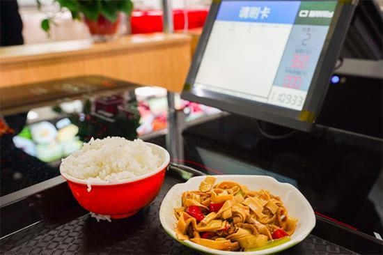 改造后的食堂,用智能结算系统代替了传统人工结算刷卡结算。