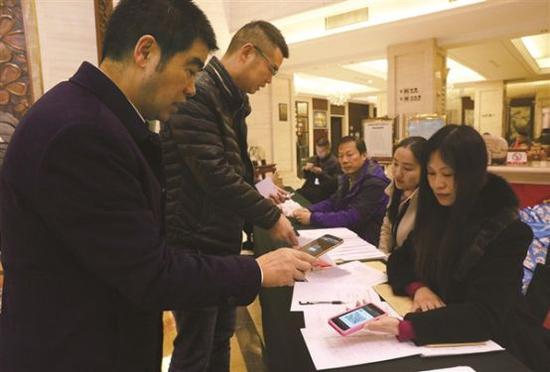 1月2日上午,参加政协宜昌市六届二次会议的政协委员们陆续报到