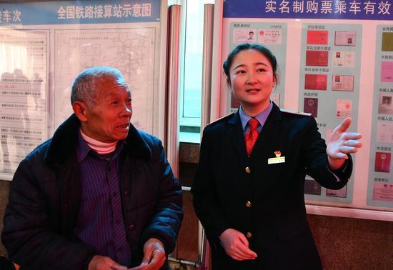 翟蕊斌引导旅客办理退改签车票。周云龙 摄