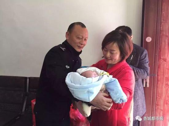 图为:民警将婴儿交给民政部门