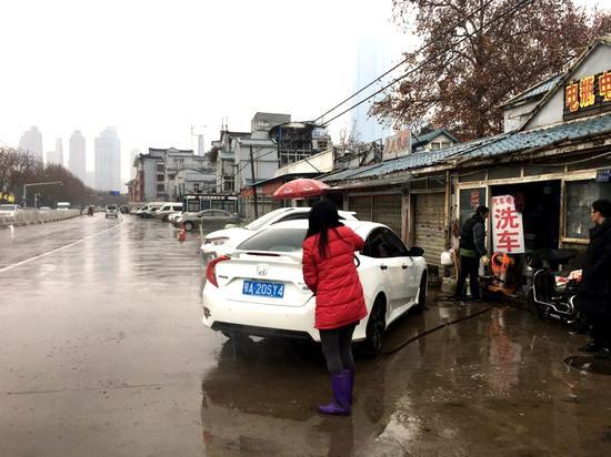 硚口城管执法人员对沿河大道临街洗车点进行整治