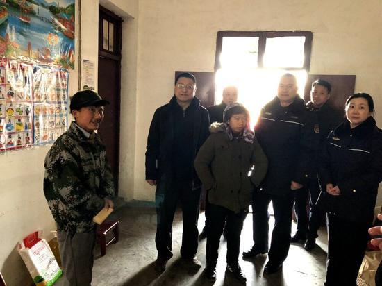 尹天兵副区长(左二)与硚口城管委领导慰问贫困村民。