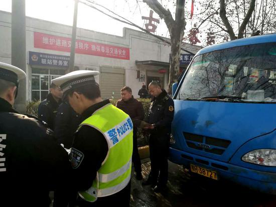 硚口区城管委交通执法人员与交警联手,对古田一路长途客运站外围黑巴士进行查处。