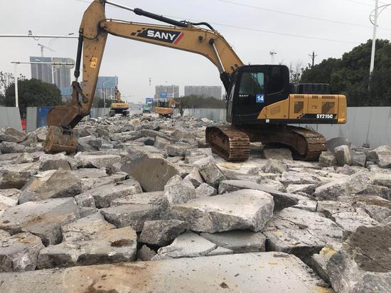 挖掘机破除原有混凝土路面