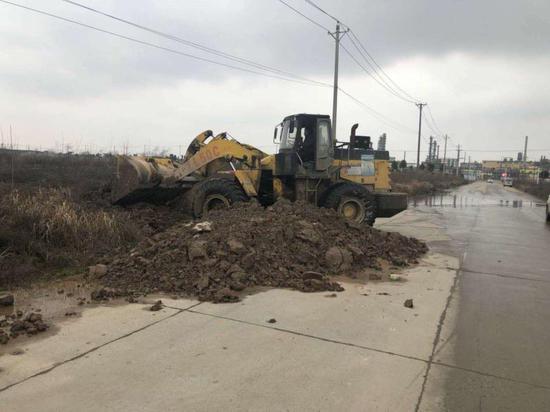 推土车正在清理渣土堆