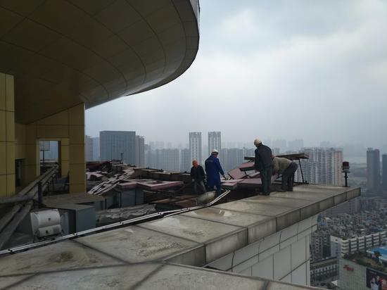 徐东大街楼顶发光字拆除现场
