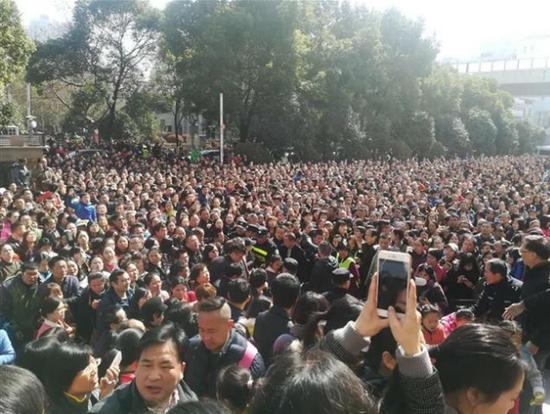 现场人山人海,挤都挤不进。(图片由家长提供)