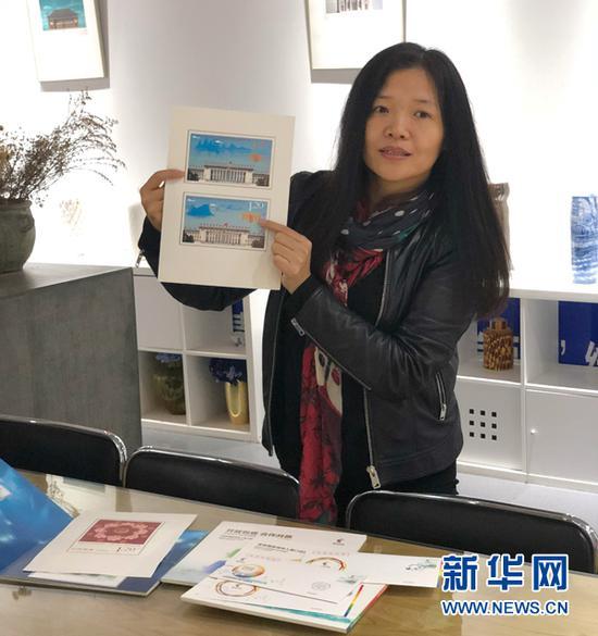 汪涛展示自己设计的邮票