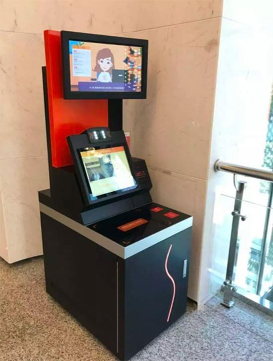 """浙大食堂的自助餐区域,已开通了""""刷脸支付""""的功能。"""