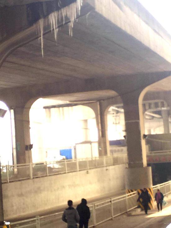 长丰大道涵洞上方立交高架桥桥檐下的冰锥