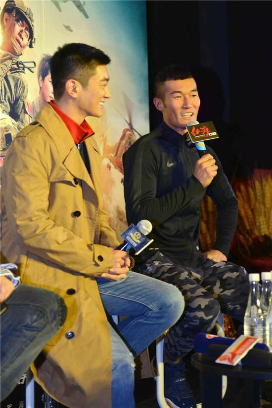 王雨甜(左)
