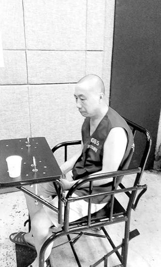 邓清平在看守所接受办案人员询问