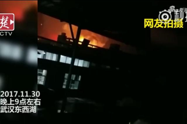 武汉一家电池厂起火爆燃 现场火光冲天