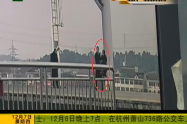 女子冲向铁轨 客运员一把拉回