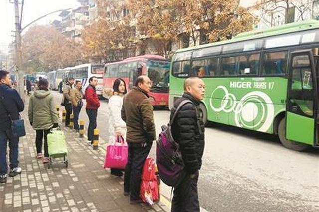 武汉水厂客运站关闭 20多辆大巴路边候客
