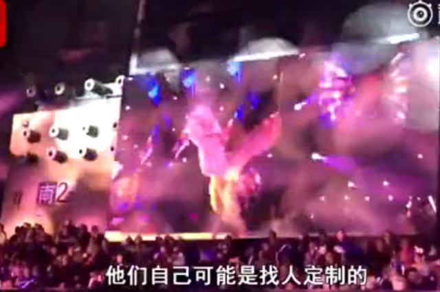 """高校跨年夜上演""""维密秀"""" 现场千人兴奋尖叫"""
