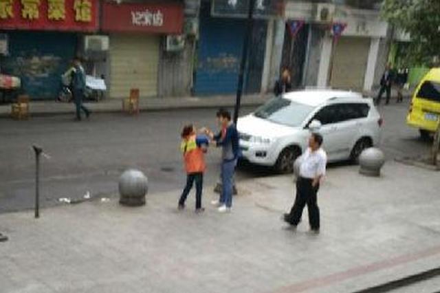 男子嫌垃圾车正对小车晦气 当街扇环卫工耳光被行拘